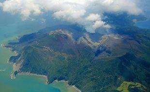 Une photo aérienne du volcan de l'île de Kuchinoerabu, entré en éruption le 29 mai 2015.