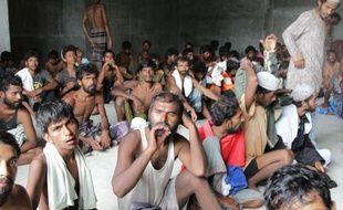 Un groupe de migrants rohingyas rassemblés le 15 mai 2015 à Kuala Langsa dans la province d'Aceh après avoir été secourus en mer