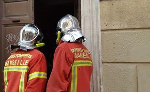 Des marins-pompiers de Marseille font une inspection dans un immeuble délabré.