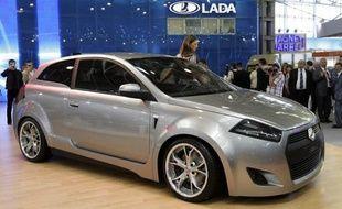 Le constructeur automobile français Renault et son partenaire japonais Nissan vont investir en plusieurs étapes 750 millions de dollars pour prendre le contrôle du russe Avtovaz, le fabricant de la célèbre Lada, d'ici 2014, selon un communiqué publié jeudi.