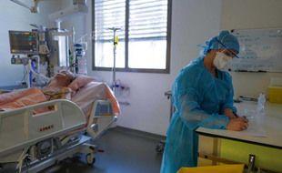 Un soignant avec un patient infecté par le Covid-19 dans une chambre de l'hôpital CHU Pasteur de Nice