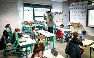 Un enseignant avec ses élèves dans une école à Bordeaux.