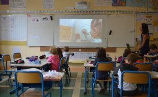 Une séance de Twictée, dictée connectée et collaborative via Twitter, s'organise dans une classe de Voellerdingen, dans le nord de l'Alsace.