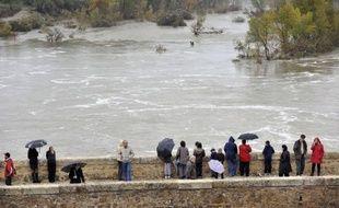 Douze départements du sud du pays étaient placés en alerte orange par Météo France vendredi en raison de fortes pluies et d'orages, qui ont fait des dégâts dans le Gard notamment et fait déborder des cours d'eau, dont le fleuve Hérault au bord duquel un homme est porté disparu.