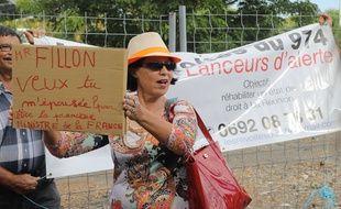 Des militants anti-Fillon manifestent lors de sa visite à L'Etang-Salé, à La Réunion, samedi 11 février.