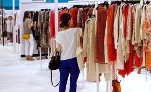 Une visiteuse au stand Who's Next du Salon de prêt-à-porter de Paris, le 7 juillet 2013