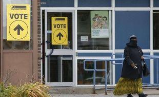 Une femme portant le niqab sort d'un bureau de vote à Ottawa, au Canada, le 19 octobre 2015.