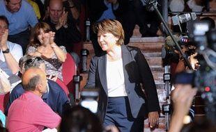 La candidate aux primaires socialistes Martine Aubry salue les militants à son arrivée à la Halle aux grains, à Toulouse, le 7 septembre 2011.
