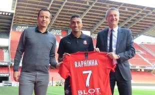 Entouré du coach Julien Stéphan et du président Olivier Létang, Raphinha a signé un contrat de cinq saisons avec le Stade Rennais.