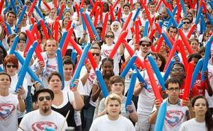 Paris le 27 juin 2012. . Rassemblement sur le champ de Mars d'un millier de jeunes effectuant leur service civique volontaire. partout en France. Batucada geante.