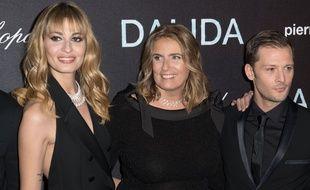 Lisa Azuelos, réalisatrice de «Dalida», entourée des acteurs Sveva Alviti (qui incarne la chanteuse) et Nicolas Duvauchelle (qui joue Richard Chanfray), lors de l'avant-première du film à l'Olympia, le 30 novembre 2016. HENRI COLLOT/SIPA