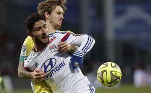 Le nantais Kian Hansen, ici au duel avec le Lyonnais Nabil Fekir, sera absent face au PSG, dimanche. Archives. AP Photo/Laurent Cipriani