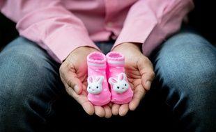 Illustration d'un père montrant des chaussons d'enfant.