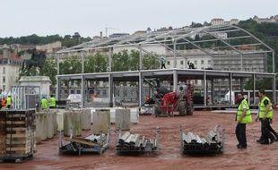 Lyon, le 31 mai 2015 Les équipes ont commencé à monter la fan zone place Bellecour. 20 000 personnes sont attendues chaque soir pendant l'Euro de football. C.Girardon / 20 Minutes