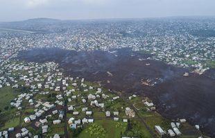 La lave de l'éruption du mont Nyiragongo traverse Buhene au nord de Goma, au Congo, le lundi 24 mai 2021.