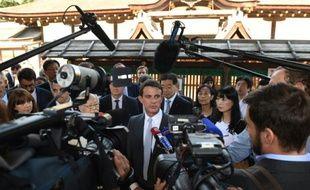 Le Premier ministre français Manuel Valls parle avec la presse lors d'une visite au sanctuaire de Shimogamo, le 3 octobre 2015 à Kyoto