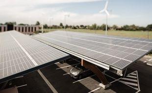 Panneaux solaires et éoliennes sont installés sur la zone d'activités où est lancée la Smart grid expérience.