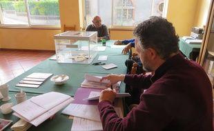 Jour de vote à) la mairie de Cessales, un petit village de la campagne toulousaine.