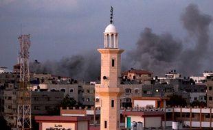 De la fumée au-dessus de Gaza, où Israël a frappé le 15 juillet 2014.