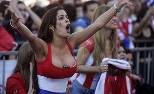 Le 24 Juin 2010 à Asunción au Paraguay Larissa Riquelme devant le match Paraguay-Nouvelle Zélande diffusé sur écran géant