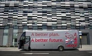 Le bus de campagne du leader travailliste Ed Miliband à Manchester, le 21 avril 2015