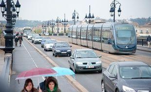 Bordeaux, avril 2012. - Circulation a Bordeaux, tramway, bus, voitures, velos. - Photo : Sebastien Ortola