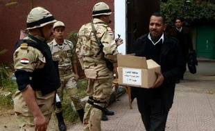 Les électeurs égyptiens commencent mardi à voter pour le référendum constitutionnel, un scrutin considéré comme un plébiscite pour le chef de l'armée qui a destitué l'islamiste Mohamed Morsi, et déjà perturbé par un attentat au Caire.