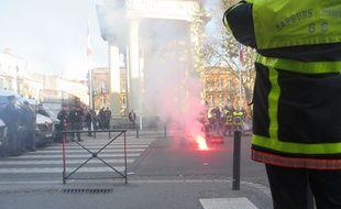 Une manifestation de sapeurs-pompiers encadrée par un important dispositif policier, en décembre 2016 à Toulouse.