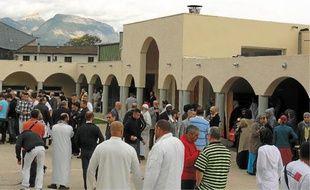 Beaucoup sont restés discuter à l'extérieur de la mosquée après la prière.