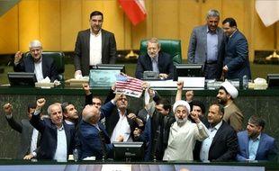 Au Parlement iranien le 9 mai 2018, les députés manifestent leur colère face à la décision de Donald Trump.