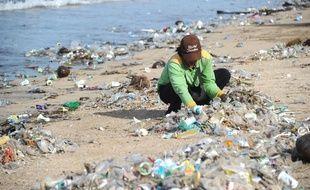 Des collecteurs de déchets à Bali, le 17 décembre 2017.