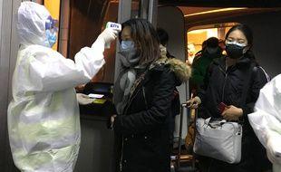 Un contrôle sanitaire à l'arrivée de passagers de la ville de Wuhan à Pékin, le 22 janvier 2020.