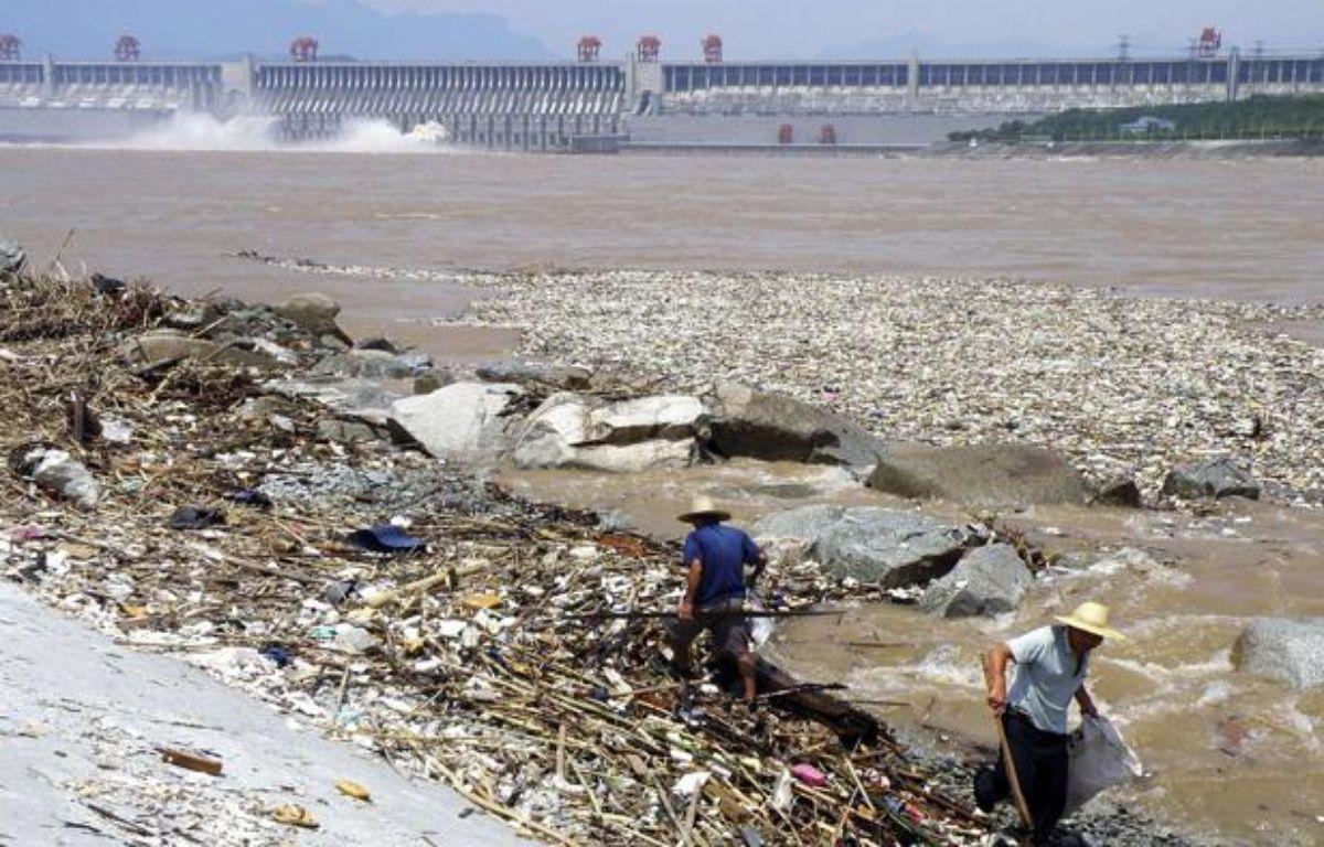 Des ouvriers chinois ramassent les ordures du fleuve Yangtse face au barrage des Trois Gorges. – AP/SIPA