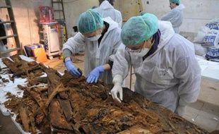 Des chercheurs analysent des matériaux trouvés dans une crypte qui pourraient aider à identifier les restes de Cervantès, à Madrid le 26 janvier 2014