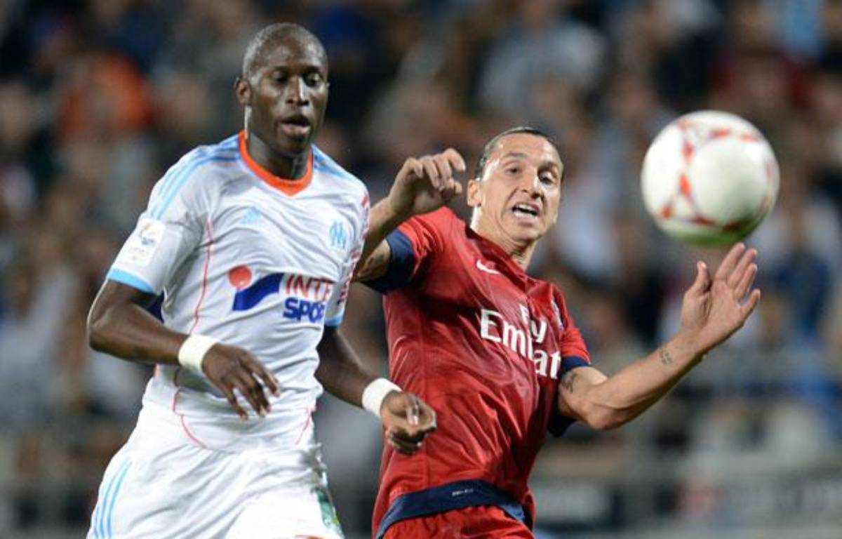 Le défenseur marseillais Rod Fanni face à Zlatan Ibrahimovic, le 7 octobre 2012, au stade Vélodrome. – ANNE-CHRISTINE POUJOULAT / AFP