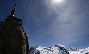 Depuis l'Aiguille du Midi, à 3.850 m d'altitude, Claude Abgrall a descendu la mythique vallée blanche, redoutée des alpinistes, en ski fauteuil.