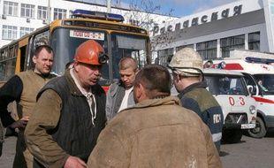 Des sauveteurs et mineurs dans l'inquiétude après le coup de grisou, le 9 mai 2010, qui a fait au moins 80 disparus et 12 morts dans la mine de charbon Raspadskaïa de la région de Kemerovo en Russie.