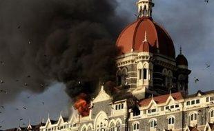 Une centaine de personnes ont été tuées et une centaine d'autres blessées à Bombay dans des fusillades et explosions en série menées mercredi soir par des hommes armés de fusils d'assaut et de grenades.
