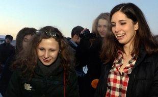 Les deux jeunes femmes du groupe contestataire russe Pussy Riot libérées cette semaine après avoir été amnistiées, Nadejda Tolokonnikova et Maria Alekhina, sont revenues vendredi à Moscou,