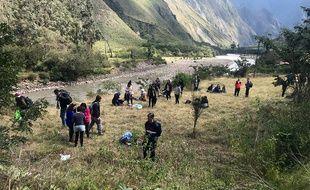 Les passagers et le personnel de bord après une collision entre deux trains près du Machu Picchu, le 31 juillet 2018.