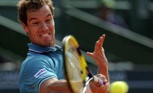 Richard Gasquet, tête de série N.2, s'est qualifié pour les quarts de finale du tournoi sur terre battue d'Estoril, en battant l'Italien Paolo Lorenzi en deux sets 6-1, 6-1, mercredi, au 2e tour.