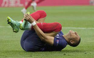 Kylian Mbappé au sol lors de France-Suisse en 8e de finale de l'Euro, le 28 juin 2021.