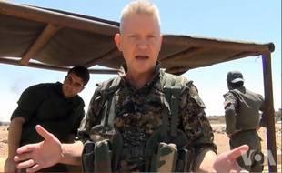Michael Enright sur le front en 2015 avec les combattants du YPG