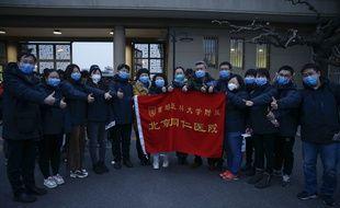 Une équipe médicale d'un hôpital à Pékin s'apprête à partir pour aider leurs collègues confrontés au coronavirus.