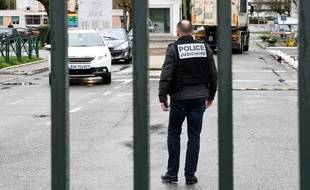 Un policier devant la caserne de Varces-Allières-et-Risset, dans l'Isère