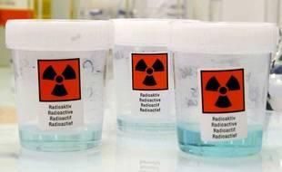 Illustration de flacons contenant de la matière radioactive.