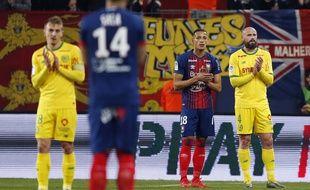 Minute d'applaudissements en hommage à Emiliano Sala. A droite, Nicolas Pallois.