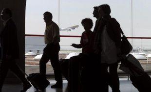 Des passagers à l'aéroport de Roissy-Charles-de-Gaulle, près de Paris, le 21 avril 2010