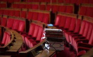 illustration: des dossiers sur les bancs de l'Assemblée nationale.