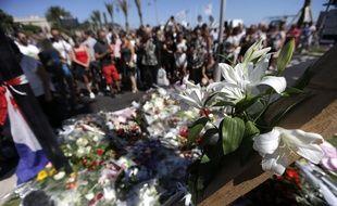Des hommages déposés sur la promenade des Anglais à Nice, après l'attentat du 14 juillet 2016 qui a fait 85 morts.